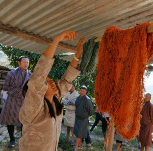 Organisch gefärbte Rohseide-Ballen werden zum Trocknen aufgehangen - Demonstration einer Graswurzel-Kooperative in Rhadi, Ostbhutan