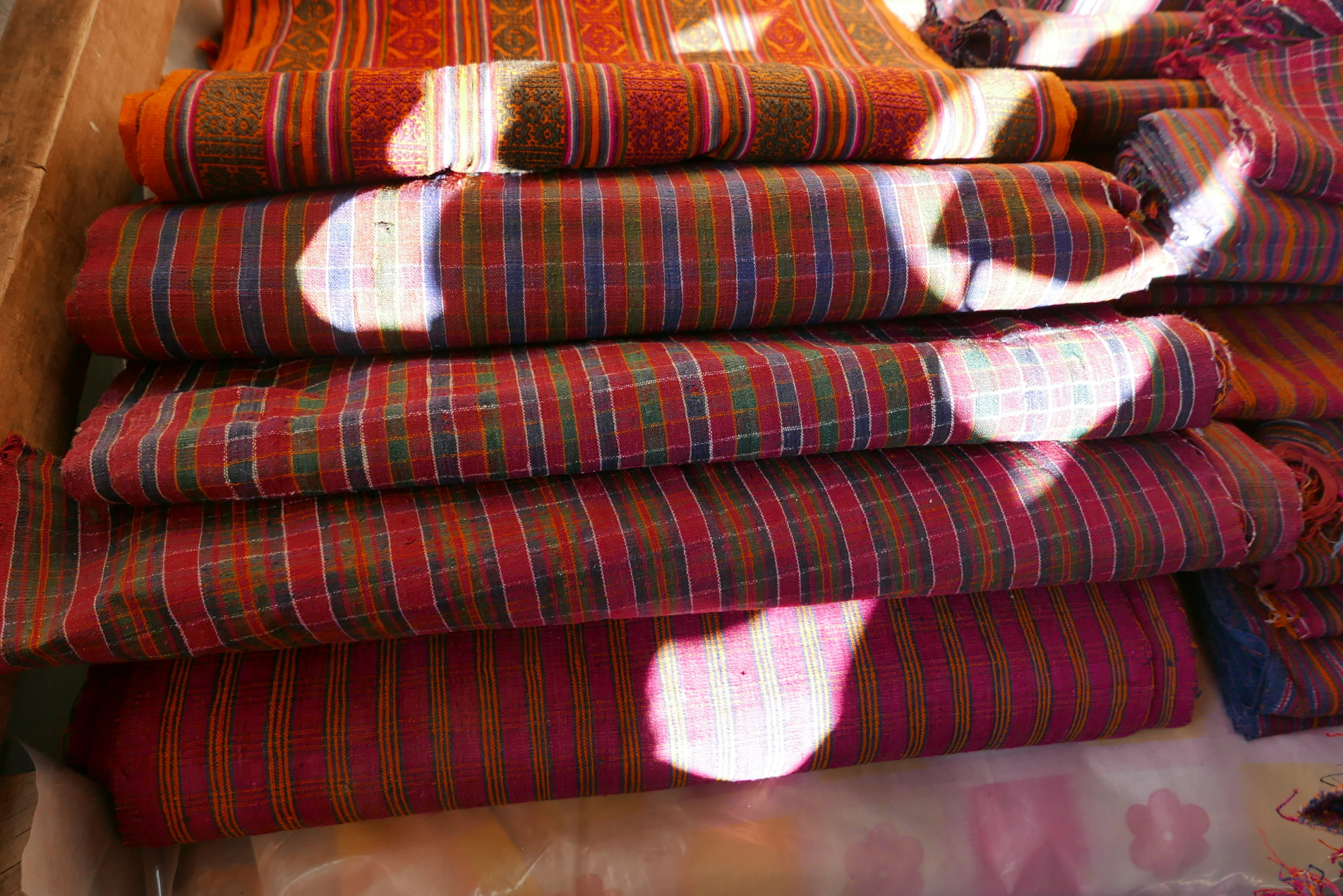 In Rhadi mainly raw silk from Assam is processed into robust everyday fabrics. Red, orange, green and blue tones can be produced from plants and minerals that are regionally found in nature.